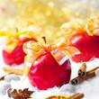 Weihnachtsäpfel mit Geschenkschleifen