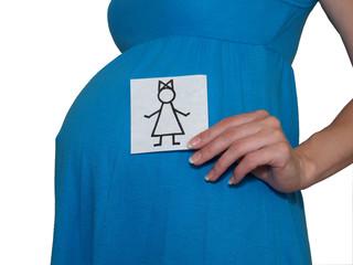 Беременная женщина держит рисунок девочки