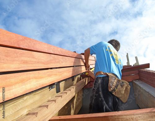 Menuisier-charpentier au travail