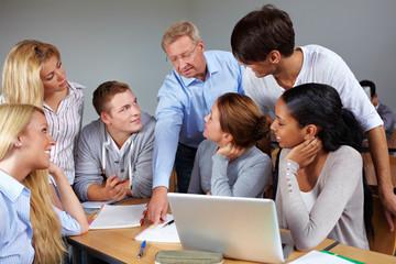 Dozent hilft Studierenden