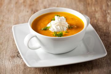 Kürbissuppe in einer Suppentasse