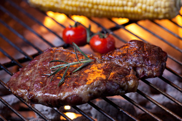 Nahaufnahme von einem Steak auf dem Grill