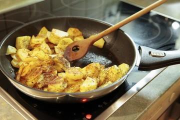 Bratkartoffeln in einer Pfanne
