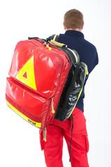 Mann mit Rettungsrucksack First Responder
