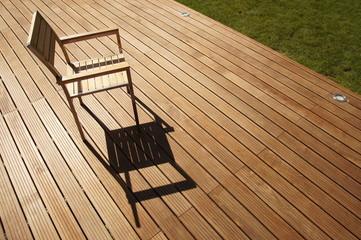 chaise en inox et bois sur terrasse ipé