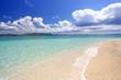 水納島の輝く波打ち際