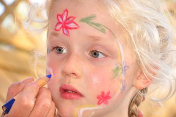 Kinderschminken am Mädchen