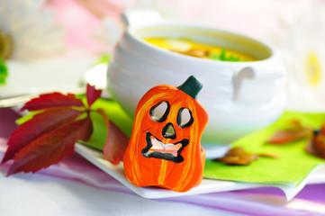 Halloweengesicht und Kürbissuppe