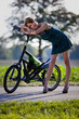 sportliche Frau mit Highheels lehnt sich auf Streetstepper