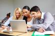 Studenten arbeiten am Laptop