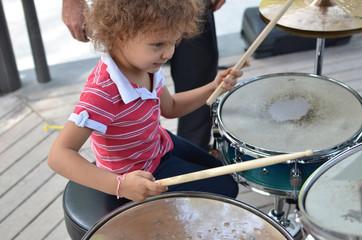 bambina che suona la batteria