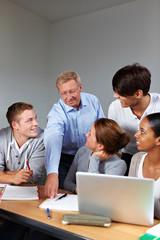 Lehrer und Schüler in Schule