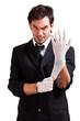 irrer Mann zieht Latexhandschuhe an