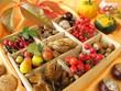 Sammelkasten mit Walnüssen, Kastanien und anderen Herbstfrüchten