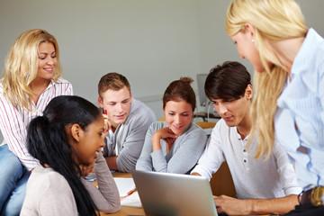 Studenten bei Internet-Recherche