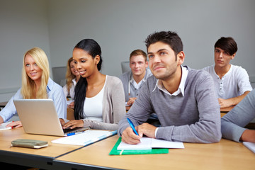 Studenten lernen im Seminar