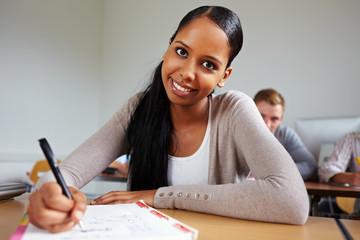 Afrikanische Schülerin im Unterricht