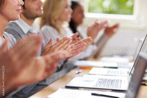 Studenten klatschen in Hände