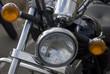 Detalle del faro de una moto custom.