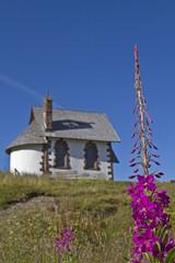 Kapelle mit Waldweideröschen