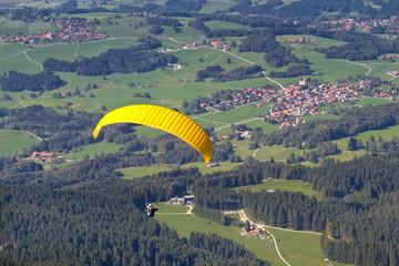 Gleitschirmflieger im Chiemgau, Bayern