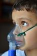 bambino con aerosol