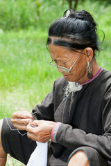 alte Frau bei Handarbeit