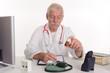 Arzt schaut auf Glas mit Globuli