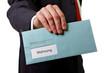 Mann übergibt Brief mit Mahnung