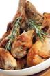 gegrillte Hühnerkeulen mit Rosmarin in einer weißen Schale