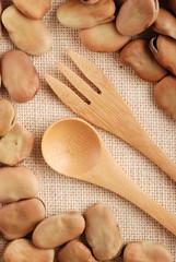 fave secche con cucchiaio e forchetta
