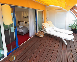 Hotelsuite mit Terrasse und zwei Sonnenliegen