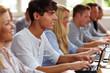Student mit Netbook im Seminar