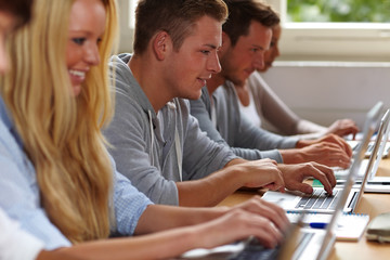 Studenten lernen mit Laptops