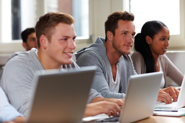 Studenten arbeiten an Laptops
