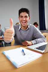 Erfolgreicher Student jubelt