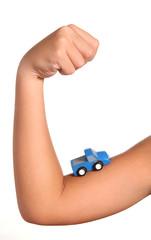 modellino auto su braccio di un bambino
