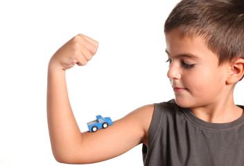 bambino con modellino auto sul braccio