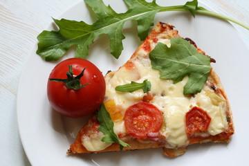 Pizza mit Käse und Rucola