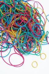 elastici colorati su fondo bianco_verticale