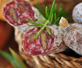 Salami im Korb mit Rosmarin