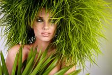 Młoda kobieta i abstrakcyjne zielone włosy