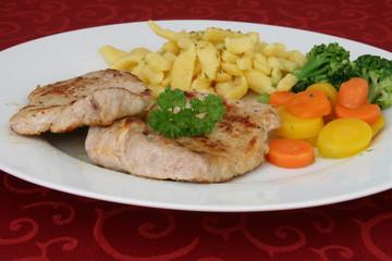 Kalbskoteletts mit Gemüse und Spätzle