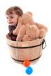 fillette jouant avec son ourson en peluche
