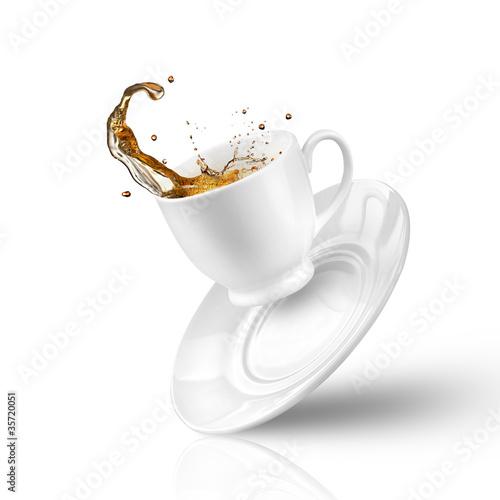 Splash herbaty w spadku filiżanki samodzielnie na białym tle