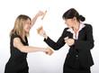 Zwei Frauen kämpfen mit Stempeln