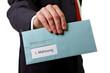 Mann übergibt Brief mit erster Mahnung