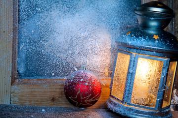 lanterna su finestra con neve