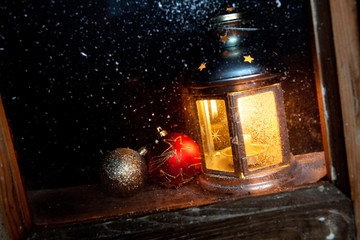 lanterna dietro finestra con palline