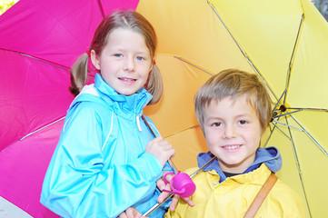 Kinder mit Regenschirmen
